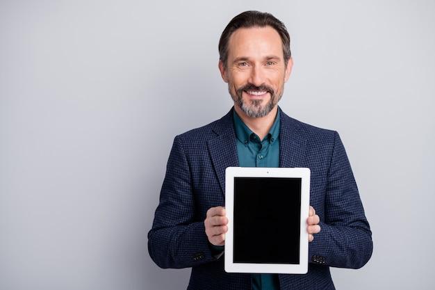 디지털 태블릿의 새로운 모델을 들고 세 사업가 남자