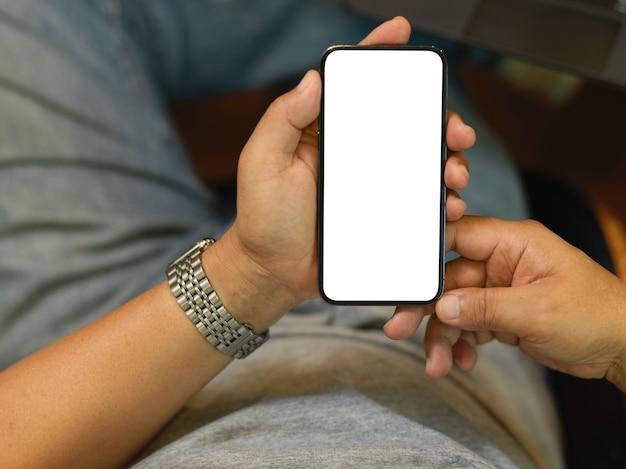 Пожилой деловой человек, использующий смартфон, чтобы связаться со своим бизнес-клиентом, макет пустого экрана