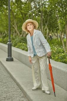 약 60 세의 백인 활동적이고 건강한 여성이 여행하고 있습니다.