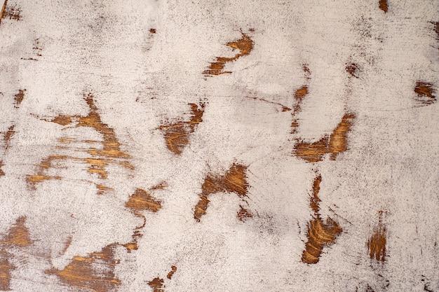 금이 가고 닳은 흰색 페인트가 있는 오래된 마호가니 조리대