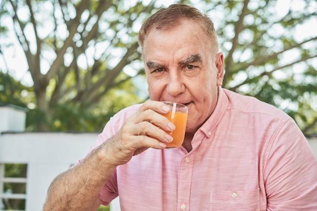 ジュースを飲む老人