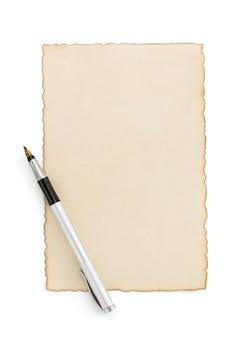 白で隔離される老化した紙羊皮紙