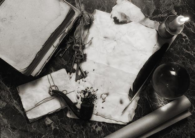 탐정 도구 배경이 있는 탁자 위의 오래된 복고풍 논문과 책