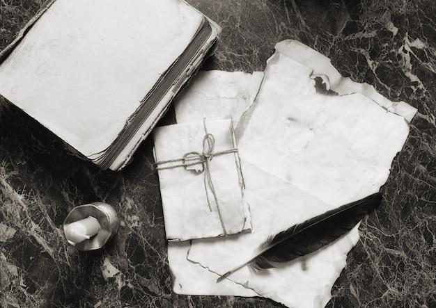 탐정 도구 배경이 있는 탁자 위에 있는 오래된 복고풍 논문과 책