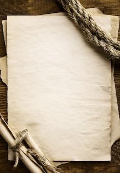 古い紙の背景に熟成ロープ