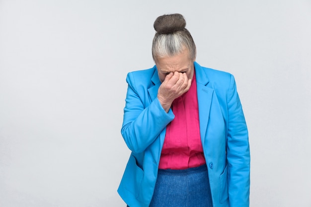 나이 든 여자는 울고 기분이 좋지 않다