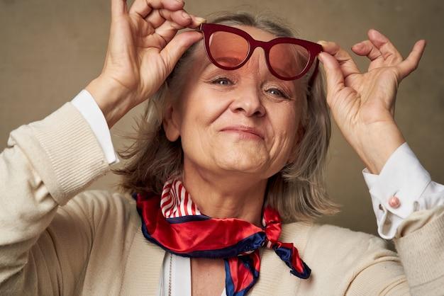 Пожилая женщина в модном халате позирует бабушке