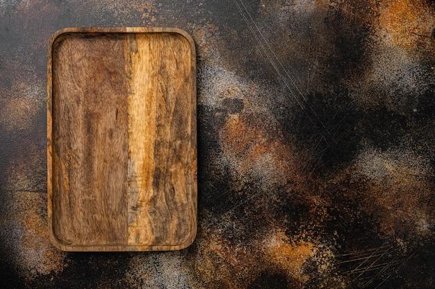 Набор состаренной деревянной разделочной доски, плоская планировка, вид сверху, с местом для текста или вашего продукта, на фоне старого темного деревянного стола