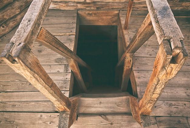 古い塔の高齢者の木製階段