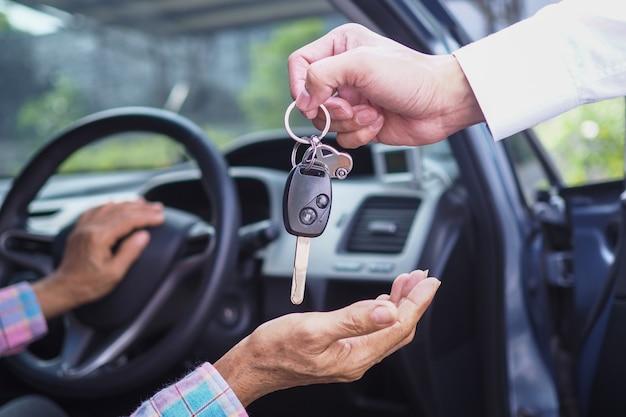 여행사가 여행을 위해 세입자에게 자동차 열쇠를 보냅니다