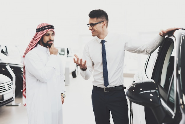 Agent demonstrating car arab customer thinking.