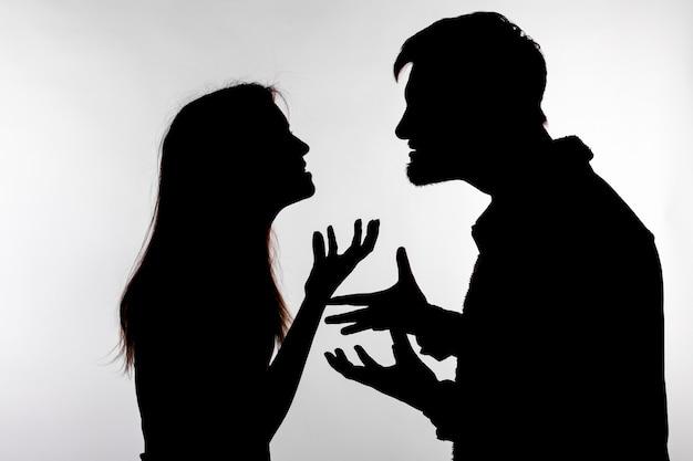 스튜디오 실루엣으로 가정 폭력을 표현하는 침략과 학대 개념 남자와 여자
