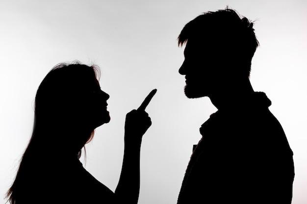 침략 및 남용 개념. 남자와 여자 스튜디오 실루엣으로 가정 폭력을 표현