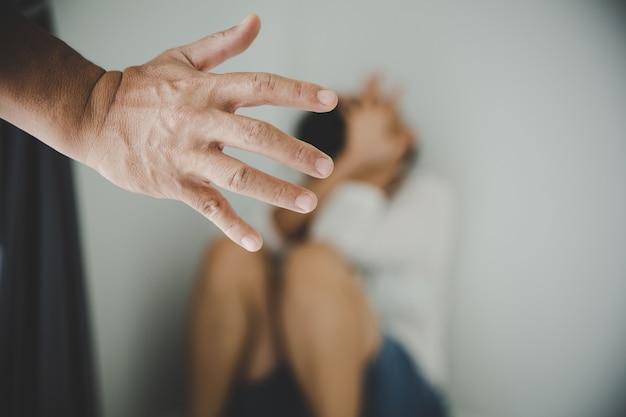 Агрессия в семье, мужчина избивает жену. понятие домашнего насилия.