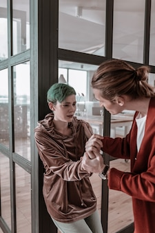 남자의 침략. 남자의 침략에 시달리면서 심하게 울고있는 부드러운 녹색 머리의 여자