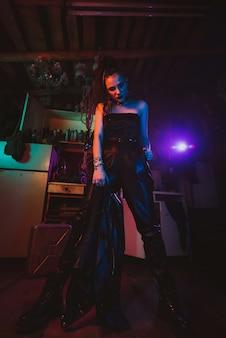 군사 스타일의 공격적인 사이버 펑크 소녀 군인. 포스트 아포칼립스 스타일. 스팀펑크 코스프레