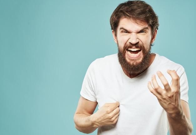 Агрессивные мужские эмоции и стрессовая раздражительность синяя стена.