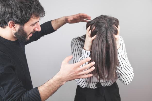 공격적인 남자가 어린 소녀를 때리겠다고 위협합니다.