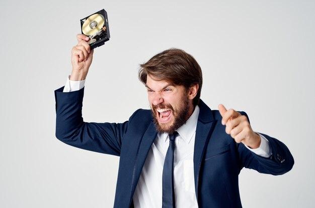 손에 하드 드라이브를 가진 공격적인 남자 감정 과민성 빛 공간 비즈니스 금융
