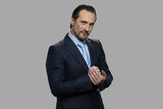 復讐を計画している積極的な成熟したビジネスマン。戦いの準備ができている怒っている男性起業家。人体のボディーランゲージ。