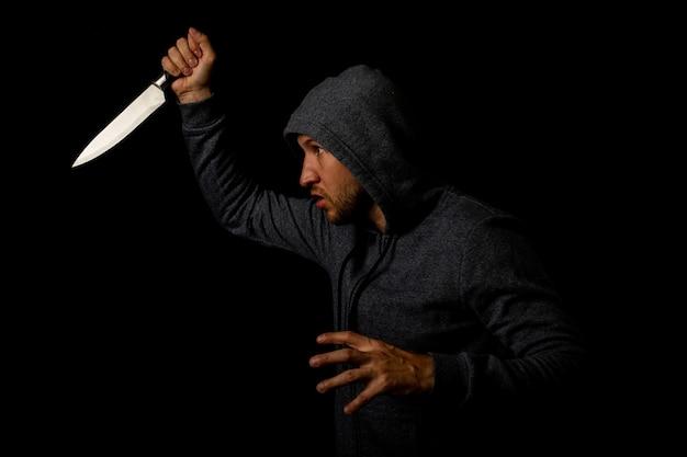 칼을 들고 까마귀에 적극적인 젊은 남자