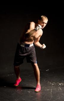 リング内を動き回る俊敏な若いボクサー