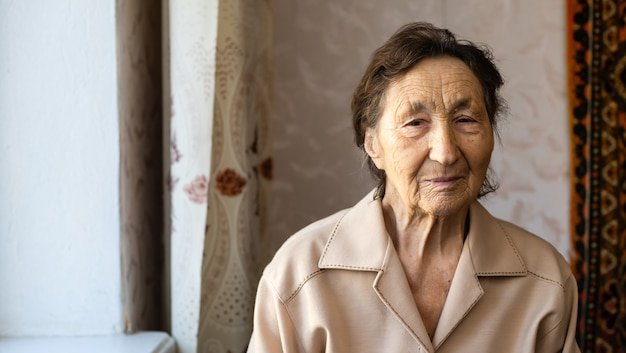 老化の過程-非常に年配の年配の女性の笑顔