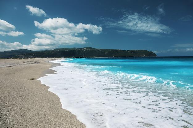 Пляж агиос иоаннис, остров лефкас, греция. красивое бирюзовое море на острове лефкас в греции