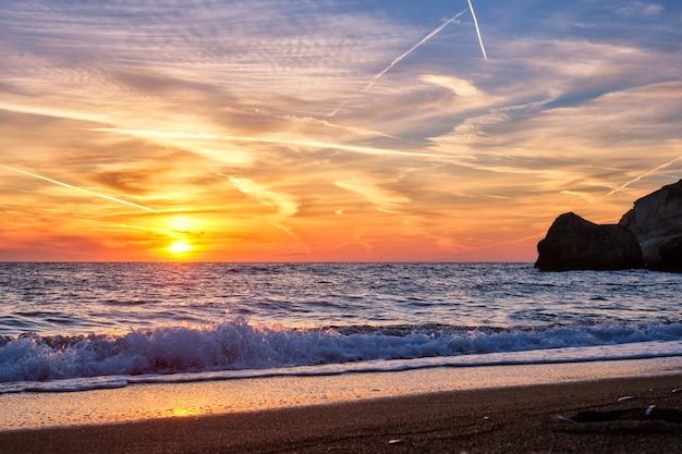 그리스 밀로스 섬의 아기 오스 이오 아니스 해변