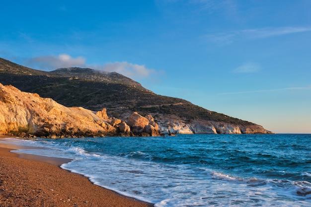 日没ミロス島ギリシャのアギオス イオアニス ビーチ