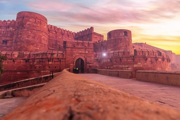 Форт агра, известное место посещения в индии.