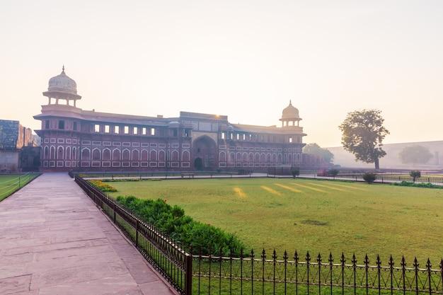 Форт агра, вид на дворец джахангир, людей нет.