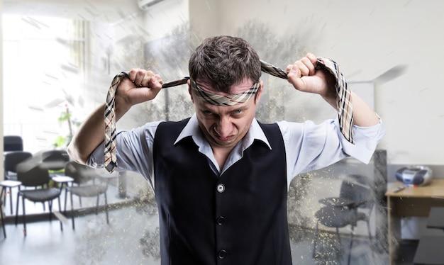 Боец агрессивный бизнесмен с галстуком на голове в офисе