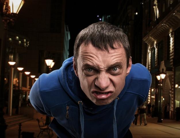 Лицо агрессивного человека в городе