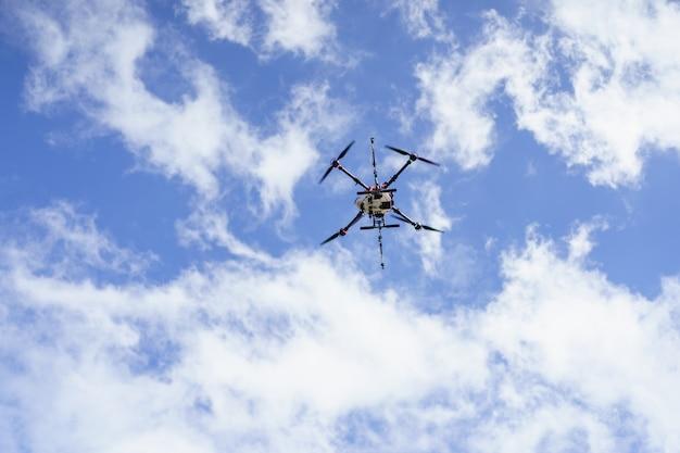 Сельскохозяйственный дрон fly для удобрений и пестицидов. современное сельское хозяйство новые сельскохозяйственные инновации автоматический дрон