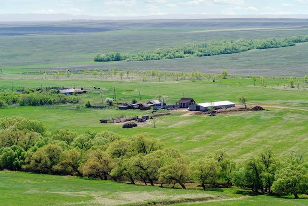 Сельскохозяйственная ферма среди весенних полей возле села воскресеновка оренбургской области россия