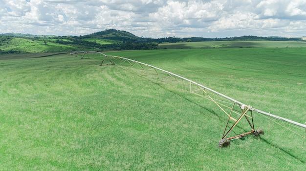 Сельскохозяйственная система орошения в солнечный летний день. аэрофотоснимок центральной системы пожаротушения.
