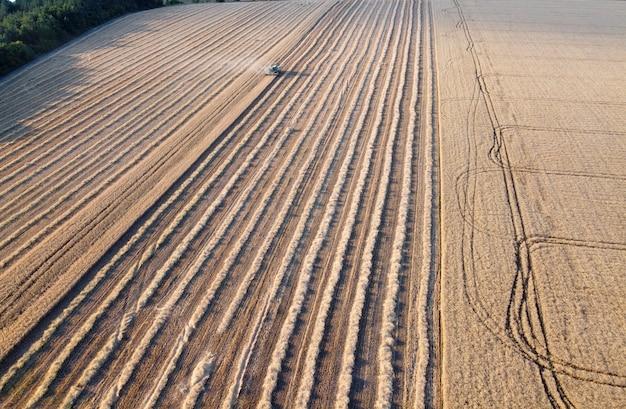 農業機械は畑で働き、農場で穀物を収穫します