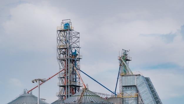 사료 공장 공장의 농업 사일로. 사료 제조에서 곡물 저장용 대형 탱크. 동물 사료 생산을 위한 종자 저장탑. 가축, 양돈 및 수산 산업을 위한 상업용 사료.