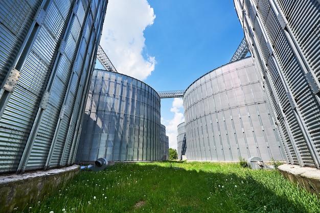 Сельскохозяйственные силосы. внешний вид здания.