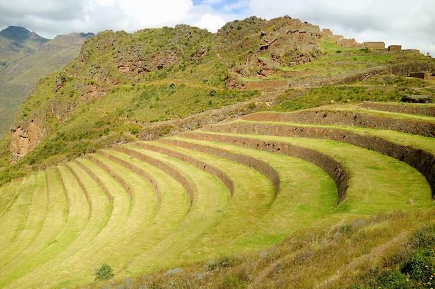 ペルーのインカスクスコ地方のピサック考古学公園聖なる谷の農業用テラス