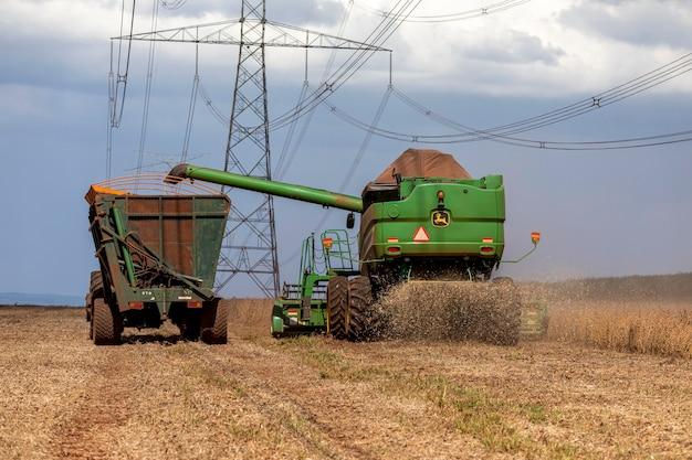 Сельскохозяйственный трактор для уборки сои в поле