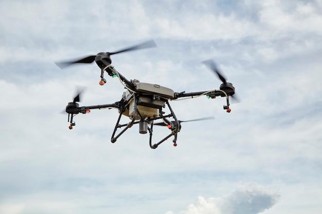 농업용 드론은 무인 항공기 인공 지능, 기계 학습, 디지털 트윈, 5g, 빅 데이터, iot, 증강 혼합 가상 현실, ar, vr, 로봇을 사용하여 분무된 비료로 날아갑니다.