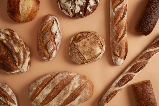 농업 산업, 빵집, 유기농 식품 및 건강한 식생활 개념. 유기농 밀가루와 사워 도우로 만든 다양한 맛있는 빵. 영양소와 미네랄이 풍부한 일일 영양의 주요 제품