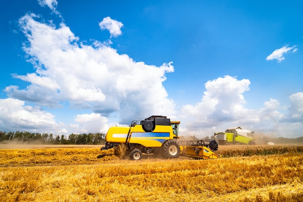 畑で作物を収穫する農業機械