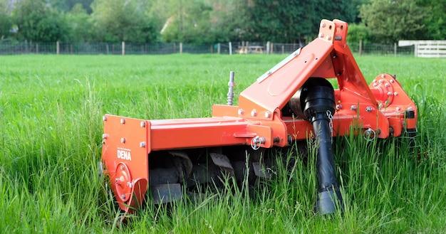 オランダの牧草地の農業機械