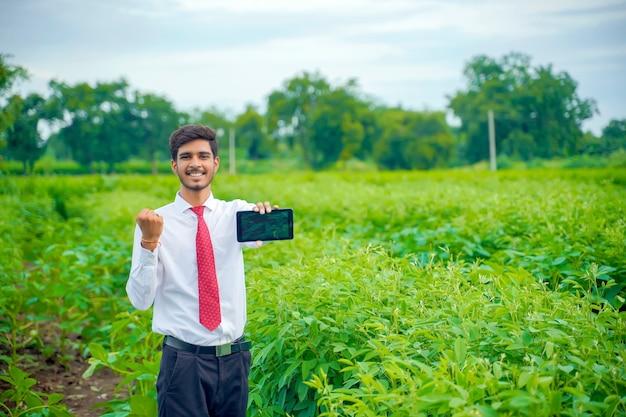 スマートフォンで綿花畑の農学者