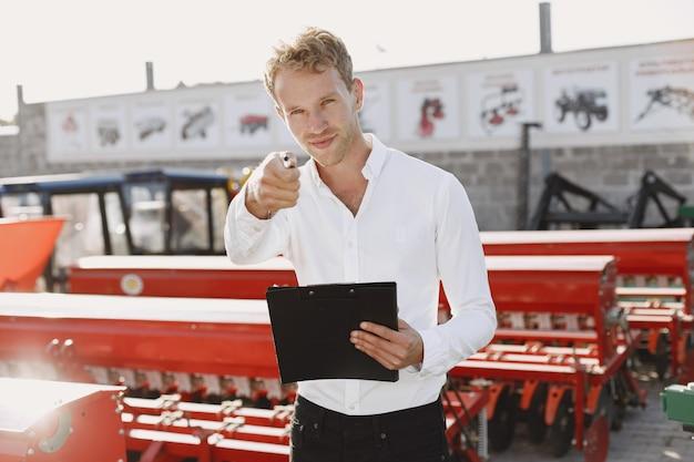 新しいプランターを選ぶ農学者。店の屋外の地面にいる男。農業機械。
