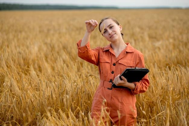 Агроном, держащий пробирку с зернами ячменя в поле, крупным планом. зерновое хозяйство, после тестирования пшеницы