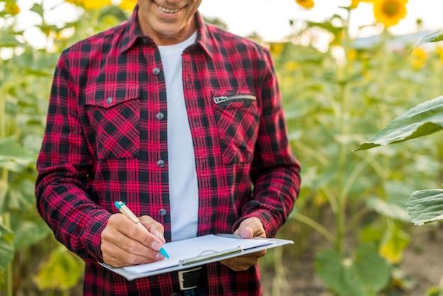 農学者がクリップボードに署名